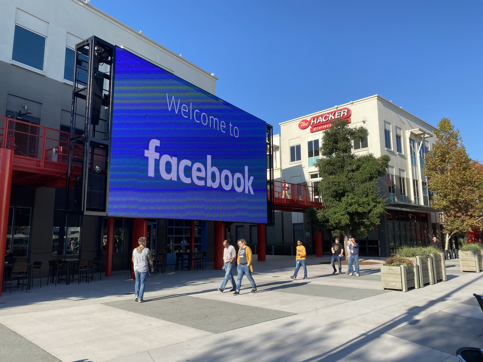Злоумышленники украли жёсткие диски с персональными данными 29 000 сотрудников Facebook